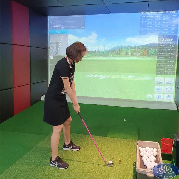 Khách hàng trải nghiệm dịch vụ chơi golf 3D trong nhà